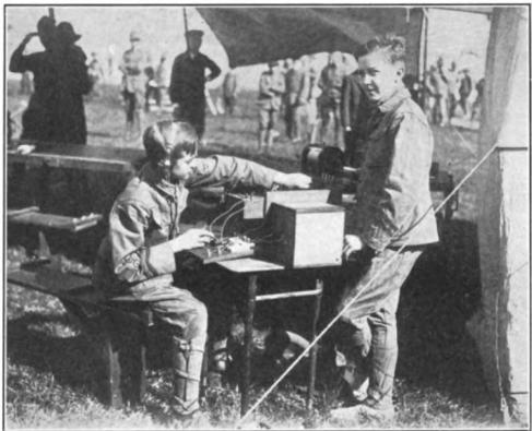 due esploratori intenti a trasmettere durante una manifestazione scout a Boston nel 1916.